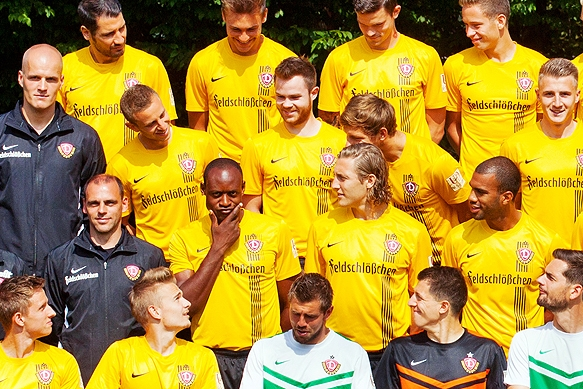 Sportfotografie - Mannschaftsfoto SG Dynamo Dresden mit Spaßvogel Alban Sabah