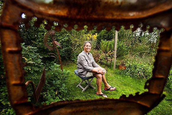 Künstlerin Petra Westphalen inmitten ihrer Figuren