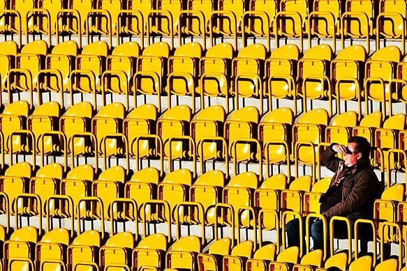 Suchender Zuschauer im Rudolf Harbig Stadion
