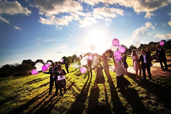 Hochzeitsfotograf - Hochzeitsfoto der Hochzeitsgesellschaft beim Ballonsteigen auf Gut Saathain
