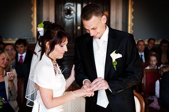 Hochzeitsfotograf - Hochzeitsfoto vom Ringtausch bei der Standesamtlichen Trauung in der Goetheallee