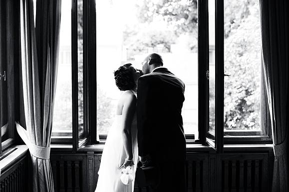 Hochzeitsfotograf - Hochzeitsfoto einer Kussszene im Warteraum des Standesamt Goetheallee Dresden