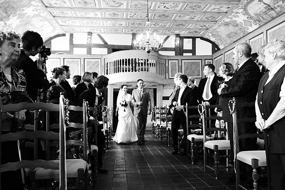 Hochzeitsfotograf - Hochzeitsfoto vom Einmarsch der Braut in Kirche auf Gut Saathain