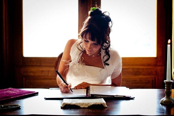 Hochzeitsfotograf - Hochzeitsfoto: Unterschrift der Braut bei der standesamtlichen Trauung in der Goetheallee Dresden