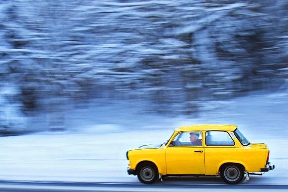 Fotojournalist - Winterfeature: Gelber Trabi im Schneetreiben
