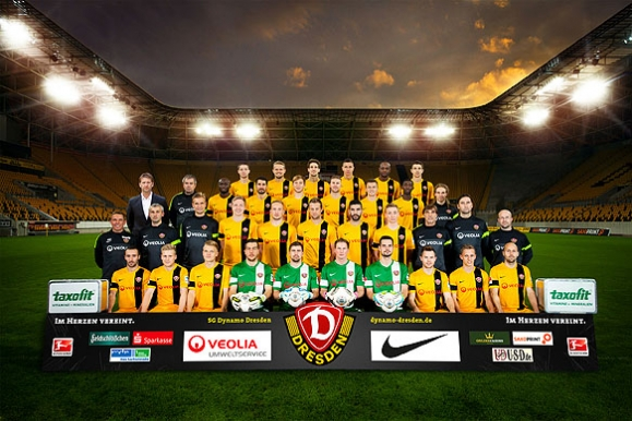 Firmenfotograf - Mannschaftsfoto der SG Dynamo Dresden im Rudolf-Harbig-Stadion bei Flutlicht