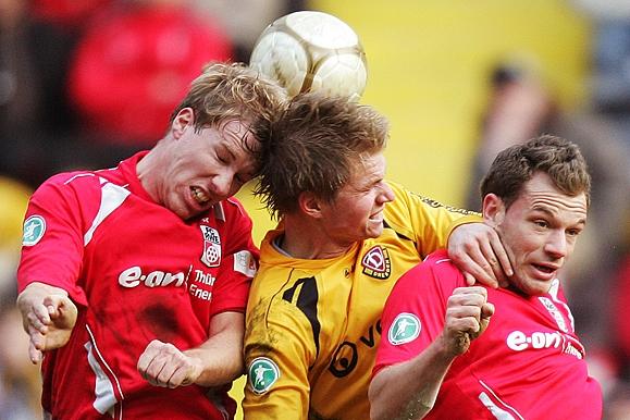 Sportfotograf - Kopfballdreikampf Dynamo Dresden gegen Erfurt